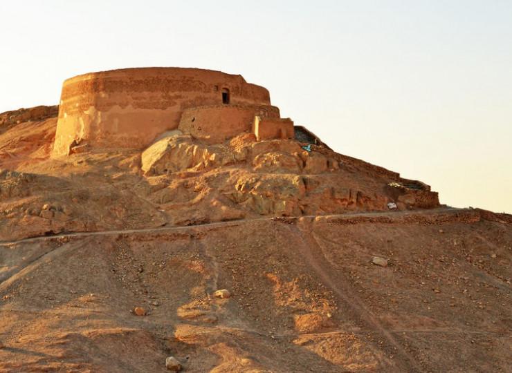 Les tours du silence zoroastriennes de Yazd
