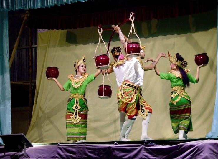 Atelier de danse traditionnelle avec les etudiants de Mintha Theater