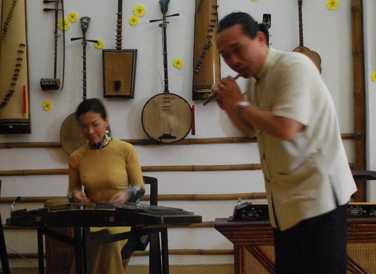 Initiation à la musique traditionnelle Truc Mai chez une famille d'artistes