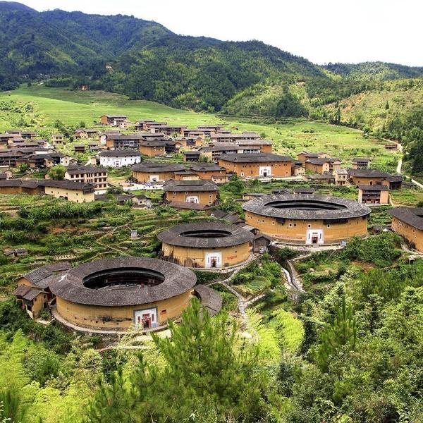 [INSOLITE] 🇨🇳✨ Les tulou : Depuis plusieurs siècles, d'étranges constructions en terre de forme circulaire pullulent dans la région chinoise du Fujian ! Ces « bâtiment-forteresse » appelés tulou 土楼 (littéralement : bâtiments de terre) sont en réalité des édifices résidentiels fortifiés construits par le peuple Hakka. Nombreux sont ceux qui sont encore habités et intriguent les architectes du monde entier.  Fait surprenant: à la fin des années 1980, le gouvernement américain aurait pris ces édifices résidentiels pour des silos de missiles.  #tulou #土楼 #福建土楼 #fujian #tulouhouse #tulouvillage #travelphotography #travelgram #travelguide #travelspecialist #travelholic #forbestravelguide #bucketlist #chinatrips #travelchina #chinawanderlust #wanderlustchina #traveltreasure #hiddentreasures #hiddentravels #hiddentraveltreasures #makeyourowntravelstories #discoverchina #keepexploring #explorechina #chineseculture #chinesehistory #chineseheritage #exploremore #travelwithadgentes