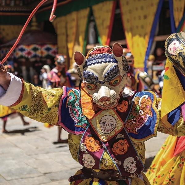 [DÉCOUVERTE DU BHOUTAN]✨🌏 Au Bhoutan, dans la vallée du Bumthang, se tient le plus grand festival du pays, le Jamba Lhakhang Singe Cham !  Un moment unique pour les Bhoutanais venus de part et d'autre du pays pour ce moment de partage et de foi.  Découvrez les nombreuses danses masquées et rituels uniques pratiqués seulement durant ces quelques jours !⬆️ lien dans la bio⬆️ ⠀ ⠀ ⠀ ⠀  #bhutan #bhutantravel #bhutantourism #bhutandiaries #travelgram #lifeofadventures #adventure #festival #keepexploring #enjoylife #doyoutravel #wanderlust #people #music #discover #enjoy #travelphotography #traveling #travelguide #traveler #traveldeeper #passionpassport #bhutantrip #travelawesome #discoverbhutan #instatravel #holiday
