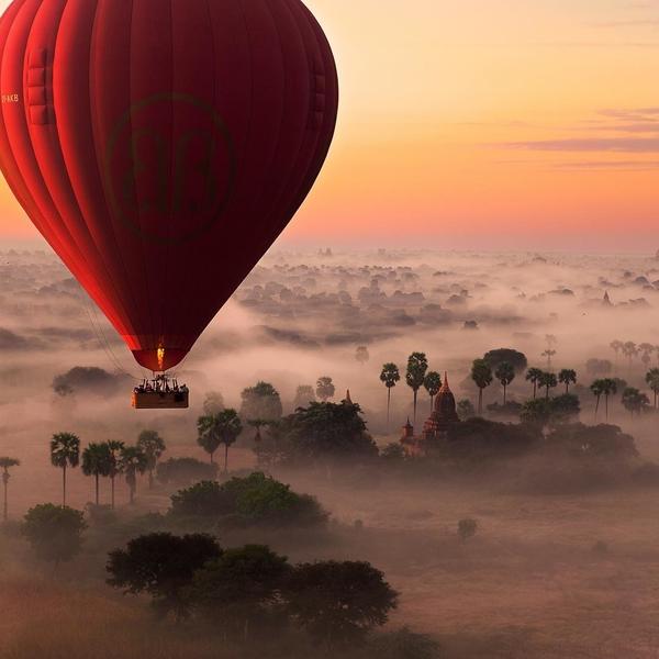 [EXPERIENCE INOUBLIABLE]✨ Myanmar : Un vol en montgolfière au-dessus de la campagne de Bagan ? ⠀ Vous observerez le soleil se lever sur le fleuve Irrawaddy et les différents stupas de la région. L'un des plus grands sites architecturaux d'Asie !  Alors que la ville était le centre de la Birmanie, du 11e au 13e siècle, les monarques construisirent une multitude de stupas et de pagodes, dont la plupart sont toujours présents sur les rives du fleuve Irrawaddy. La splendeur de la cité, avec plus de 2 000 temples en brique rouge, est un spectacle unique ! ⬆️ lien dans la bio ⬆️ ⠀ ⠀ ⠀ ⠀ ⠀ ⠀ ⠀ ⠀ ⠀ #myanmar #exploremyanmar #visitmyanmar #myanmartrip #myanmarburma #myanmartravel #myanmardress #southeastasia #bagan #oldbagan #irrawaddy #inle #hotairballoon #sunrise #discover #goexplore #enjoytravel #enjoylife #enjoynature #travel #travelguide #traveldeeper #traveltheworld #wonderlust #letsgoeverywhere #wanderful_places #globetrotter #adventure #ourplanetdaily #travelwithadgentes