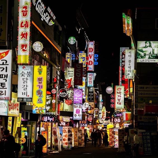 [ CORÉE DU SUD ] 🇰🇷 🌏⠀ ✨Avec plus de 10 millions d'habitants, Séoul fait partie des plus grandes métropoles mondiales. ⠀ ✨Avec ses gratte-ciels, le fleuve Han, ses rues continuellement animées, ses bâtiments traditionnels, sa gastronomie piquante et délicieuse... Cette capitale vous surprendra autant de jourque de nuit ! ⠀ ✨Partez à la découvre cette ville unique et cosmopolite 🔝lien dans la bio🔝⠀ ⠀⠀ ⠀ ⠀ ⠀ ⠀#coreedusud #kimchi #soju #kpop #jajangmyeon #kamsahamnida #seoul #seoultravel #letsgoeverywhere #discovertheworld #seoullovers #seoulstreet #seoultower #discover #enjoyyourlife #passionpassport #goexplore #globetrotter #citybreak #nightout #travelguide #traveldeeper #travel #traveltheworld #keepexploring #travelwithadgentes