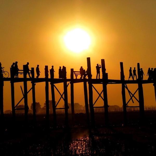 [ MYANMAR LE PONT U BEIN ]🇲🇲✨⠀ ✨Ce pont emblématique s'étend sur 1.2 km sur le lac Taungthaman, dans l'ancienne #capitale d'Amarapura, qui se trouve en périphérie de Mandalay. ⠀ 🌉 Inauguré en 1850, on pense qu'il est le plus long et le plus ancien #pont en bois de teck du #monde ⠀ ✨Le pont lui-même joue un rôle important dans la vie quotidienne des habitants. Des centaines de personnes l'empruntent pour se rendre au travail ou sur les marchés locaux. ⠀ ✨Depuis qu'il est devenu une attraction touristique prisée, beaucoup gagnent leur vie en proposant des promenades en bateau, en vendant de la nourriture et de l'eau ou en montrant leur grande connaissance historique. ⠀ ✨A visiter idéalement en fin de journée, au coucher du soleil.⠀ ⠀ ⠀ ⠀ ⠀ ⠀#myanmar #birmanie #burma #ubeinbridge #ubeinbridgesunset #sunsethunter #travelcommunity #travelbucketlist #travelblog #discovert #explore #voyages #autourdumonde #travelphoto #ourplanetdaily #passionpassort #travelwithadgentes