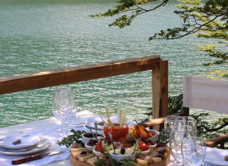 Argentine Voyage Patagonie Aguas Arriba Lodge déjeuner sur terrasse