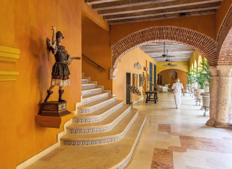 Colombie voyage Cartagena Charleston Santa Teresa court interieur et escaliers