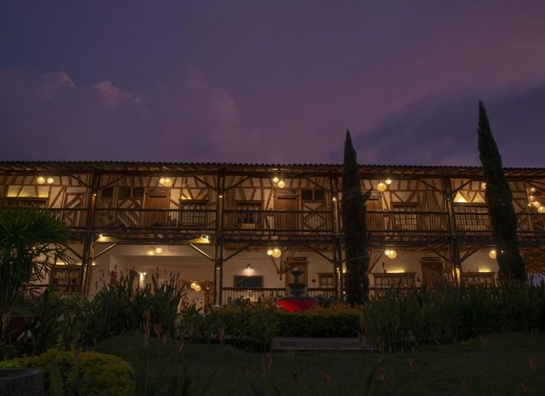 Colombie Voyage Casa San Carlos Lodge exterieur maison principale le soir