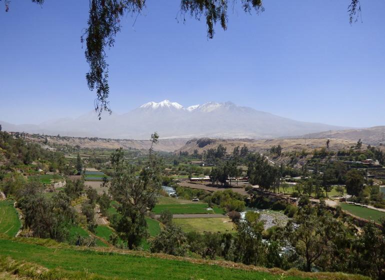 Pérou Voyage vue sur les alentours d'Arequipa avec ses volcans