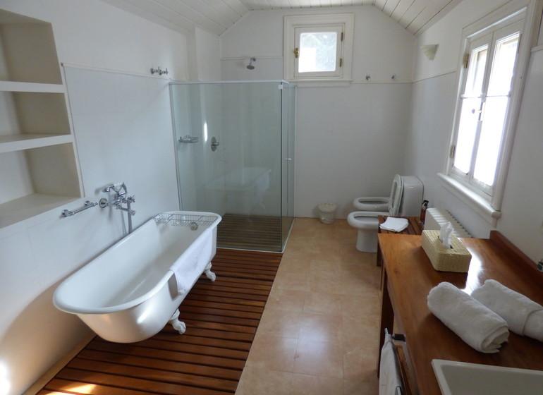 Argentine Voyage Région des Lacs Tipiliuke salle de bains