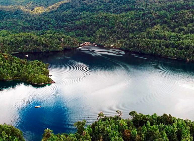 Chile Voyage Puyuhuapi Lodge de loin vue sur tout le fjord