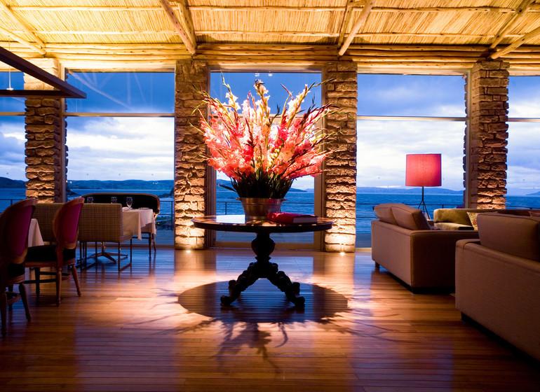 Voyage Pérou Titilaka Lodge restaurant avec vue lac, le soir