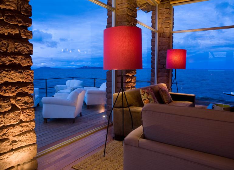 Voyage Pérou Titilaka Lodge vue sur la terrasse ambiance du soir