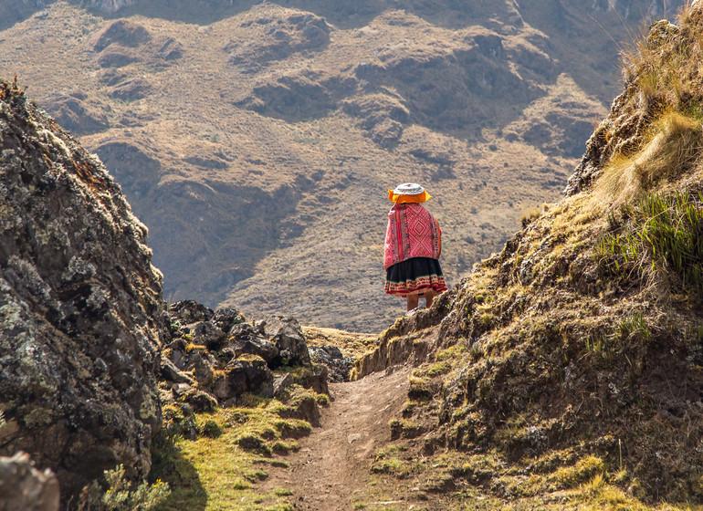 Pérou Voyage péruvienne de dos marchant dans la montagne