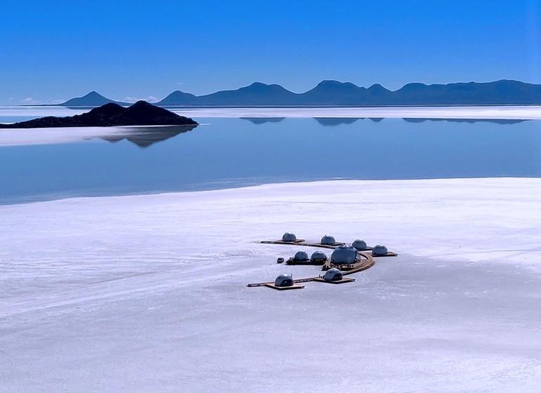 Bolivie Voyage Kachi Lodge au milieu du salar vue d'oiseau
